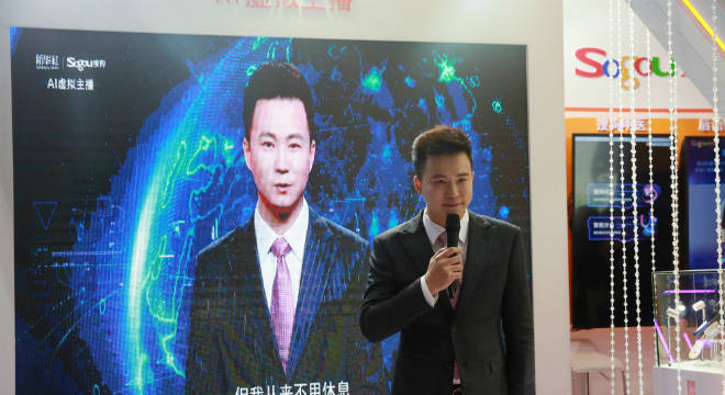 Robô, inspirado no jornalista chinês Qiu Hao, vestido de  terno preto e gravata