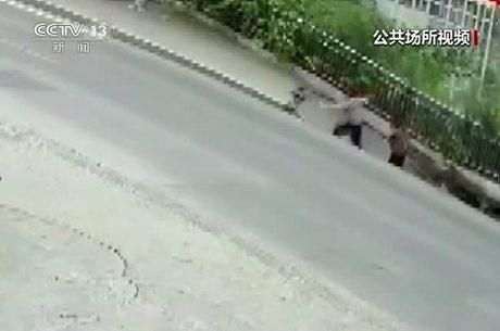 Vídeo mostra casal caindo em cratera na China