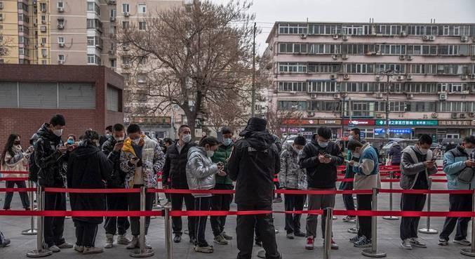 China tem maior número de casos diários desde março e primeira morte em 8 meses