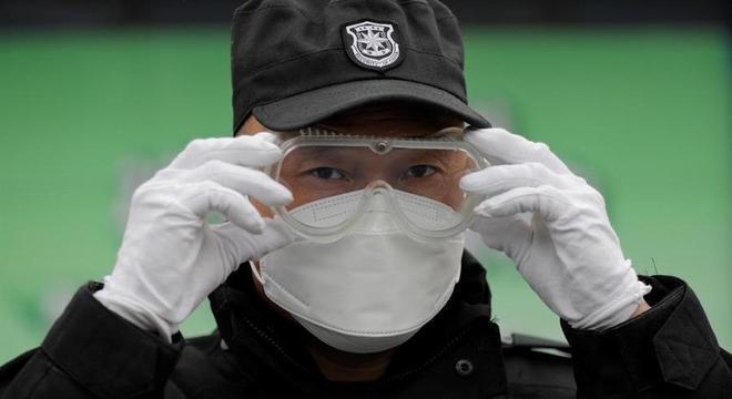 Chineses voltam a trabalhar após surto que matou quase 3 mil pessoas no país