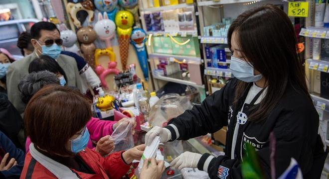 Chineses fazem fila para comprar máscaras, na tentativa de se proteger