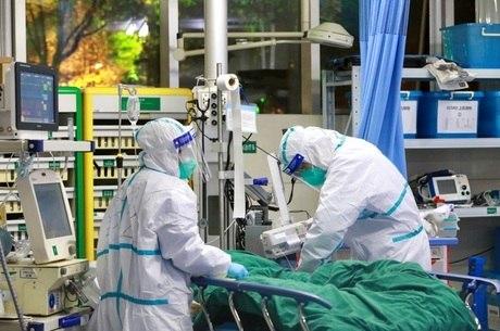 Paciente com coronavírus é tratado em Wuhan