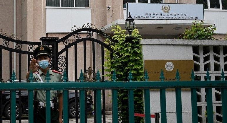 Soldado chinês faz guarda em frente à embaixada do Afeganistão em Pequim