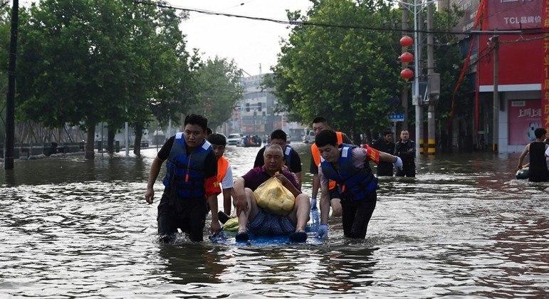 Equipes de resgate ajudam morador no centro de Xinjiang, na China