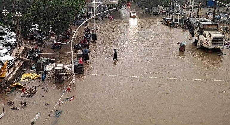 O centro da cidade chinesa de Zhengzhou ficou completamente alagado após fortes chuvas