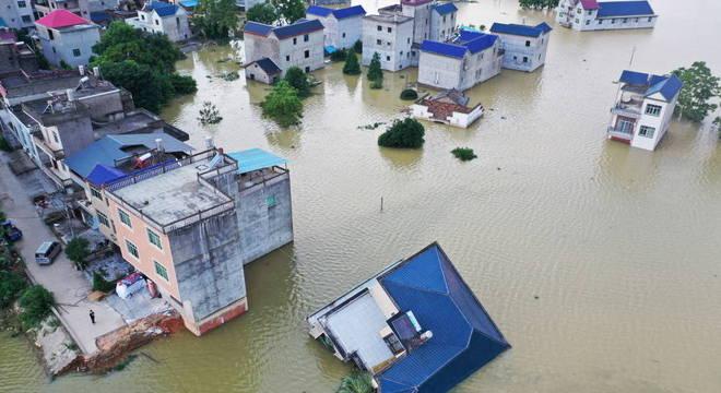 Prédio na cidade de Poyang desaba após ser atingido por enchente recorde