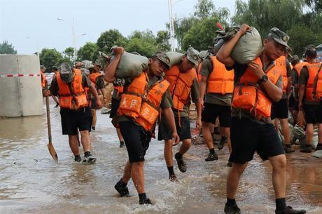 Soldados do Exército chinês trabalham para conter as águas