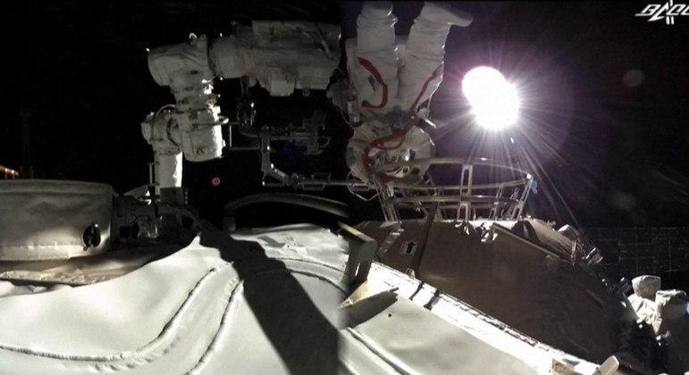 O astronauta Liu Boming realiza inspeções do lado de fora da estação Tiangong