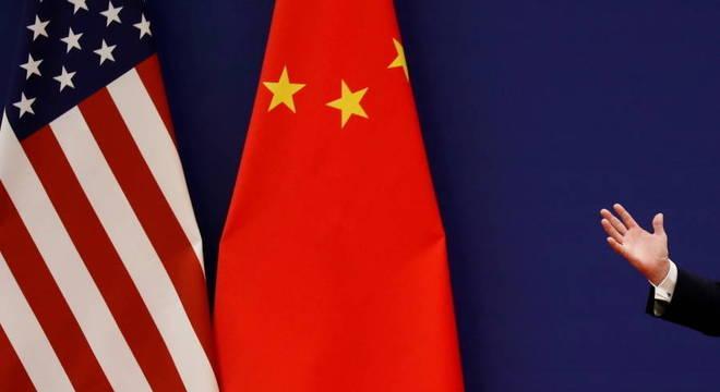 Bandeiras dos EUA e da China lado a lado: tensões em vários campos