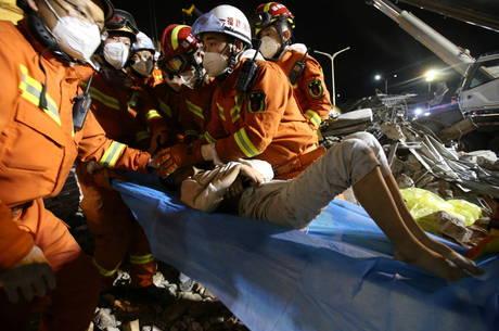 Homem é resgatado de escombros de hotel na China