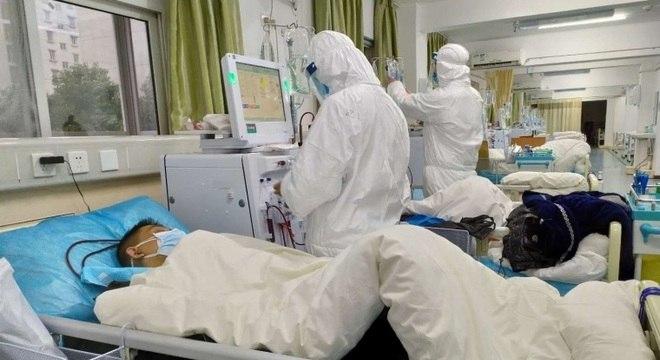 Paciente com coronavírus é tratado em hospital de Wuhan. na China