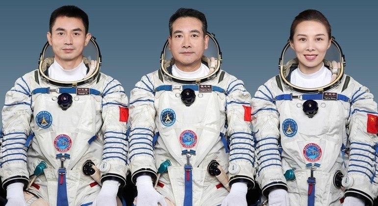 Ye Guangfu (e), Zhai Zhigang (c) e Wang Yaping vão passar os próximos 6 meses em órbita