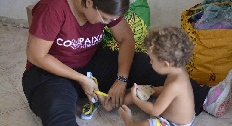 ONG levou calçados para crianças carentes e moradores em situação de rua