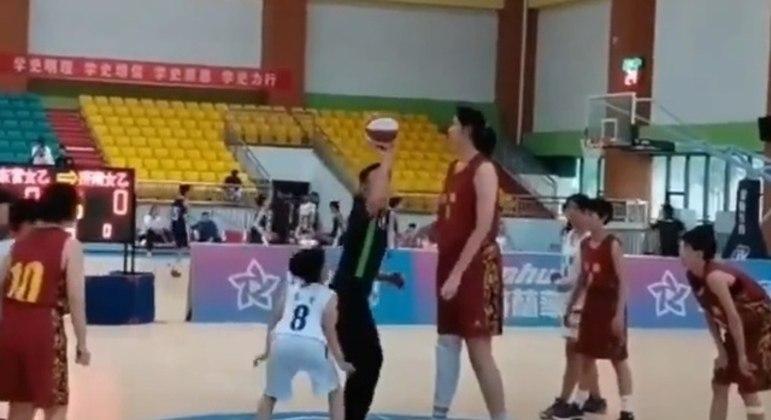 Zhang Ziyu, de apenas 14 anos de idade, viralizou na internet com seus 2,26 metros de altura