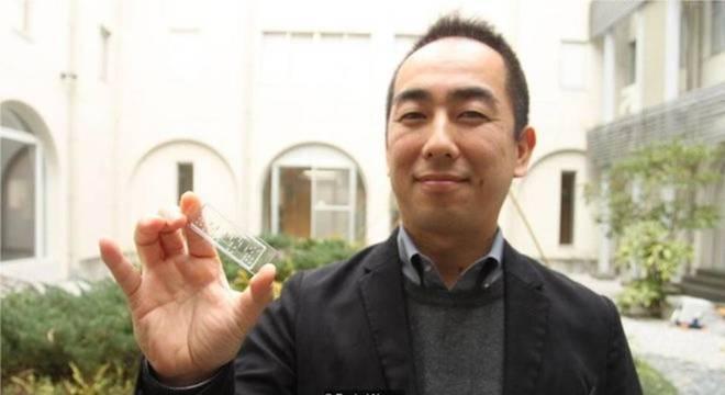 Ken-Ichiro Kamei segura um dos seus 'corpos em um chip'