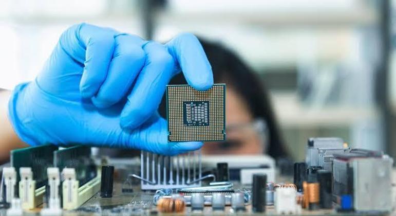Produção de chips requer itens plásticos, metálicos e silicone que está em falta graças ao fechamento da economia