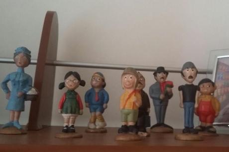 Chiquinho coleciona bonecos do Chaves