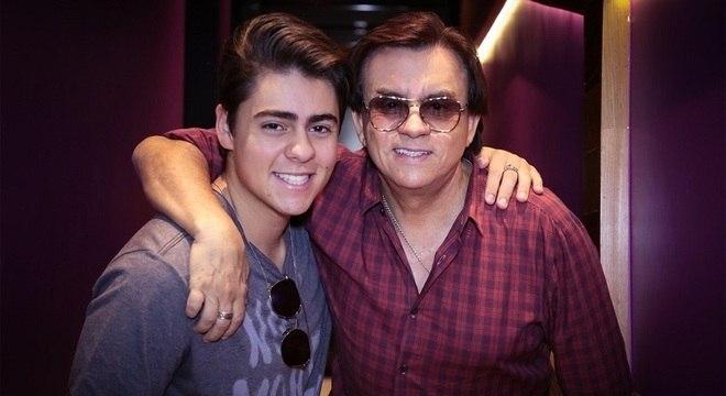 Enrico posa com o pai, Chitãozinho, mentor na gravação do EP