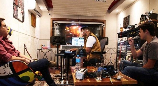 Enrico grava as faixas da estreia musical com o olhar atento do pai