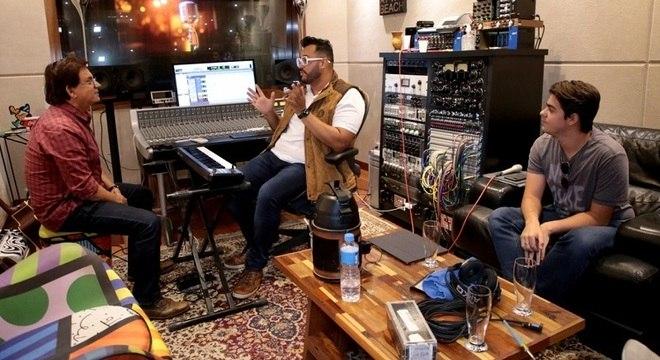 Enrico com o pai Chitãozinho e o produtor do EP, Willian Santos