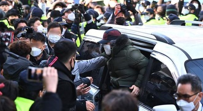 Multidão se reuniu para protestar contra libertação de Cho, que cumpriu pena reduzida de 12 anos