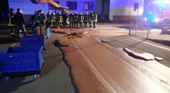 Bombeiros removeram chocolate líquido do asfalto em cidade na Alemanha