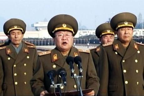 Choe Ryong-hae (ao centro), em foto de 2013