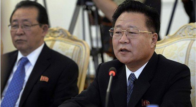 Enviado especial de Kim Jong-un, Choe Ryong-hae (à dir.) já se encontrou com outros líderes mundiais
