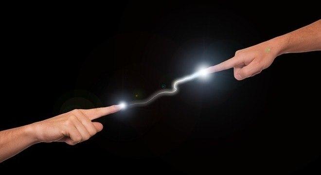 Eletricidade estática é a explicação do porquê pessoas podem dar choques