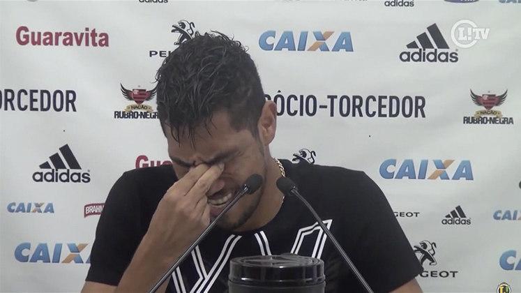 CHORO NA DESPEDIDA - Devido a uma série de lesões, a temporada seguinte de Hernane ficou comprometida e, assim, perdeu espaço. Em agosto, deu adeus ao clube e encerrou a passagem com 87 jogos e 45 gols, sendo o sexto maior artilheiro do Flamengo no século. Na despedida, chorou e disse que voltaria ao Fla algum dia.