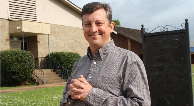 Chris Davis é porta-voz de grupo antiaborto que faz passeatas diante de clínicas