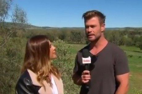 Ator 'roubou' microfone de repórter ao vivo