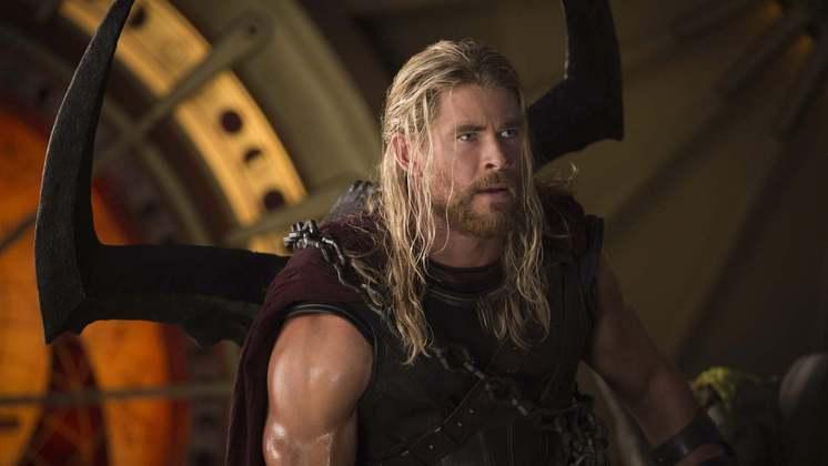 Chris HemsworthAté o Deus do Trovão se machuca! O ator Chris Hemsworth sofreu um acidente nas gravações de Thor: Amor e Trovão e feriu as costas. Segundo o programa E! News, o astro precisou tomar injeções de cortisona na coluna, mas sem necessidade de ficar internado