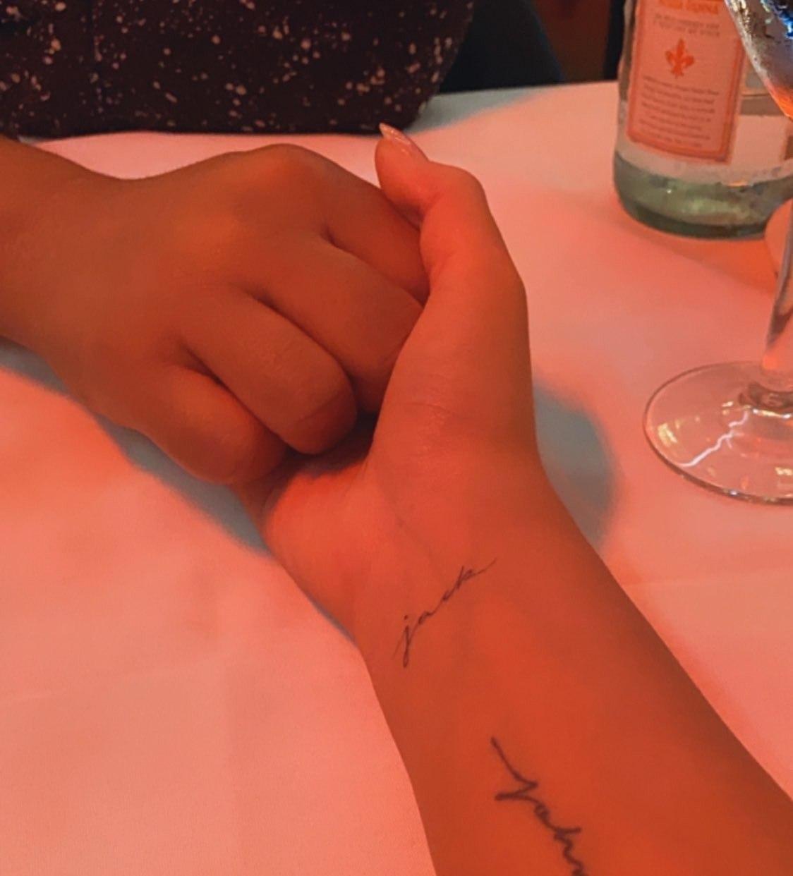 Chrissy Teigen tatuou o nome do bebê que perdeu
