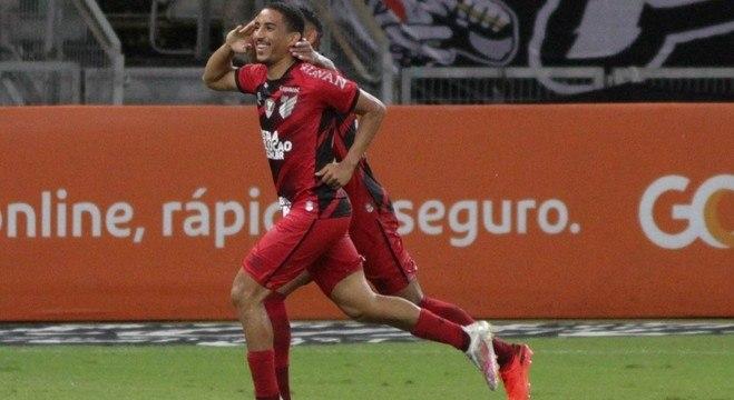Christian comemora gol do Athletico-PR sobre o Atlético-MG