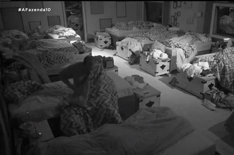 Peão fez xixi na cama após festa