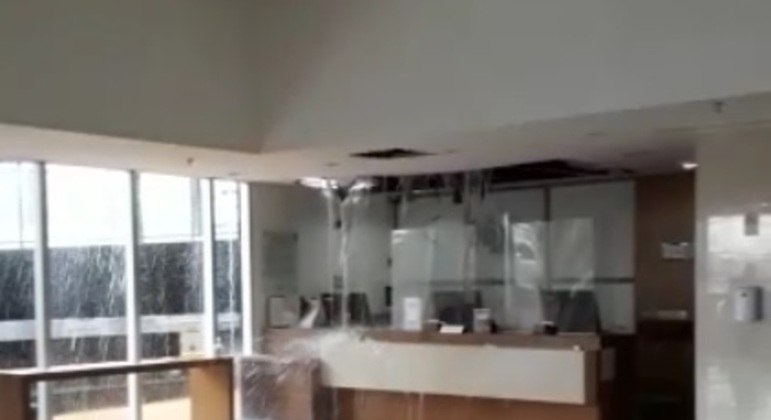 Chuva destruiu parte da recepção do hotel