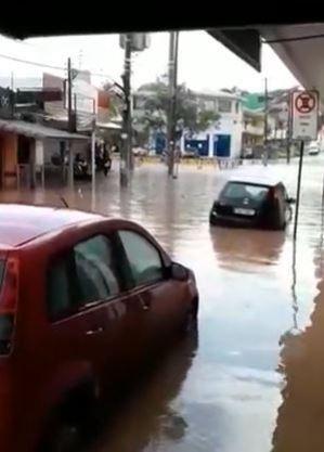 Chuva alaga ruas de Vargem Grande Paulista