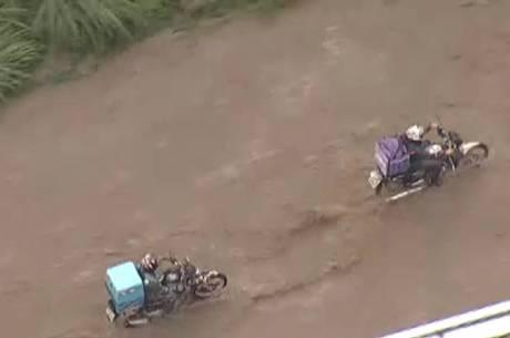 Motociclistas enfrentam dificuldades em vias alagadas de BH