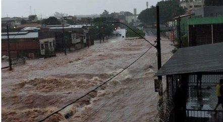 Avenida sofre com inundações frequentes