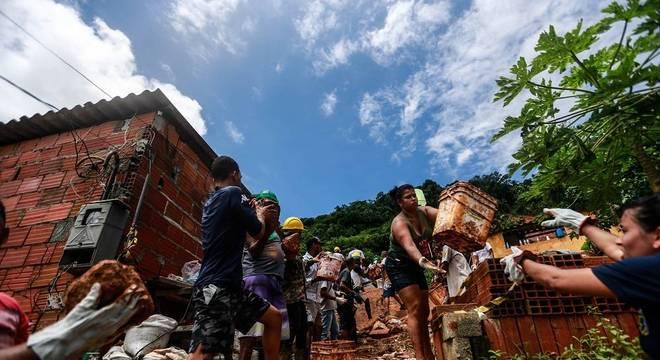 Voluntários ajudam os bombeiros no Guarujá, litoral de São Paulo