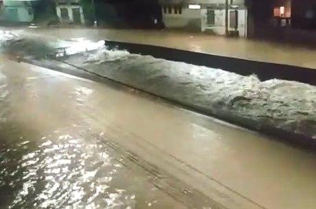 Avenida Tereza Cristina ficou tomada pela água