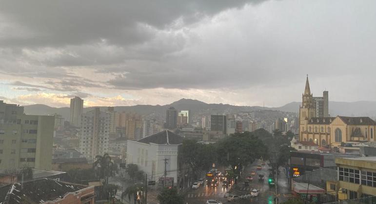 Chuva começou a cair no fim da tarde em Belo Horizonte