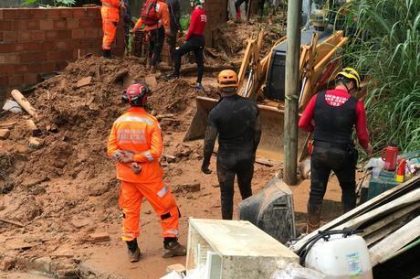 Bombeiros atuam em resgate a soterrados