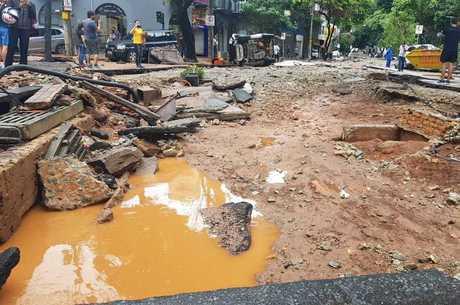 Ruas e avenidas foram destruídas durante o temporal