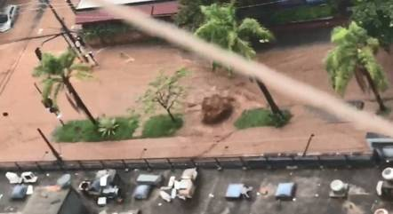 Vídeo mostra enxurrada em avenida de BH