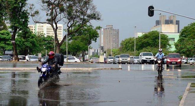 Chuva atingiu região central de Brasília na manhã deste sábado (31)