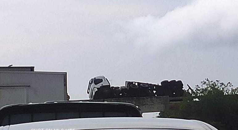 Carreta perde o controle e tomba na BR-040, próximo à Polícia Rodoviária Federal
