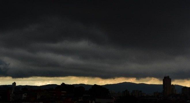 Cidade registra três ponto de alagamento intransitáveis neste domingo