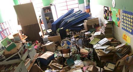 Objetos, móveis e materiais ficaram jogados ao chão após o alagamento